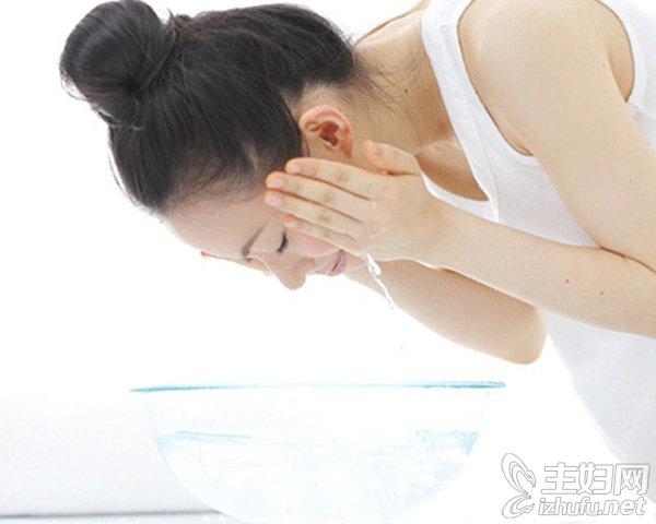 资讯【淘米水洗脸的好处】淘米水洗脸的正确方法及功效